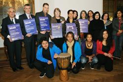 Hier sieht man ein Gruppenfoto der Lichterkette-Förderpreisträger 2008