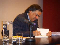 Hier sieht man ein Foto mit Leoluca Orlando, dem ehemaligen Bürgermeister von Palermo